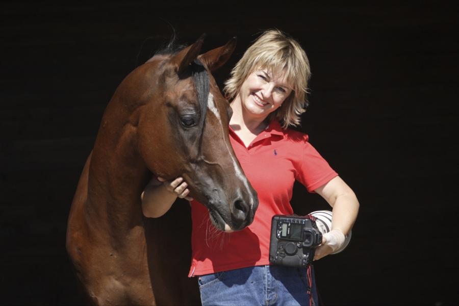 Christiane Slawik, renommierte Pferdefotografin, mit einem Araber